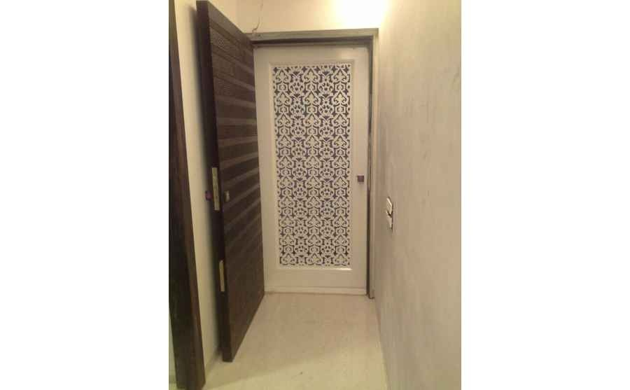 Cool home by sunil saigal interior designer in mumbai for Decorative main door designs