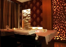 Wallpaper, stone, wood panelling and intricate jaliwork make up the walls of the spa room