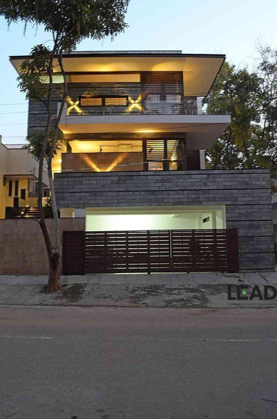 Dr thomas residence on 60 x 40 site by living edge for Architects in bangalore