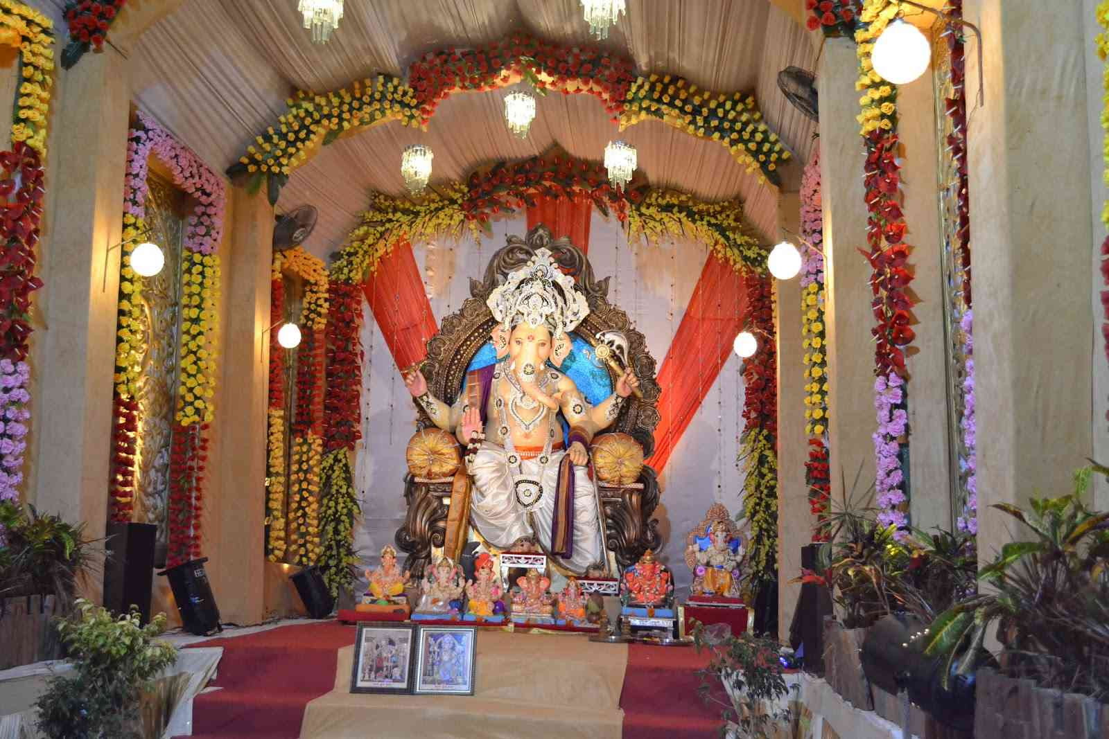 Ganesh chaturthi decoration ideas tips photos pictures for Background decoration for ganpati